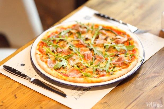 Пицца с пармской ветчиной, белыми грибами, шампиньонами, рукколой и соусом «Песто» — 410 рублей. Изображение № 29.