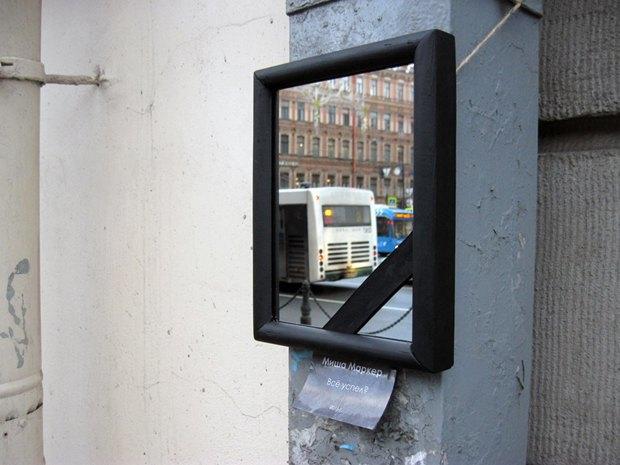 Зеркало вчёрной рамке ис траурной лентой наНевском проспекте. Изображение № 1.