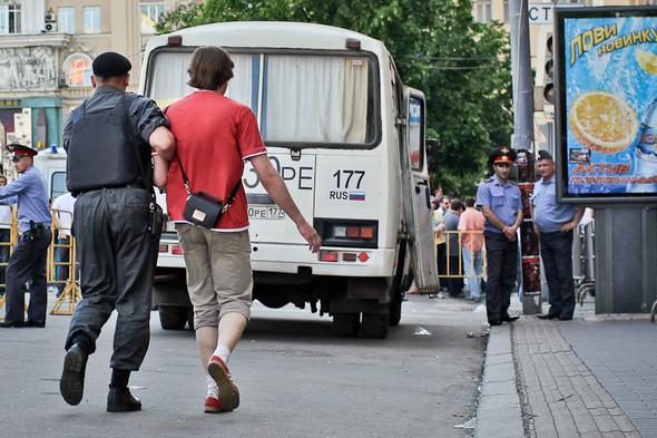 Буйных начинают заводить в автобусы.. Изображение № 7.
