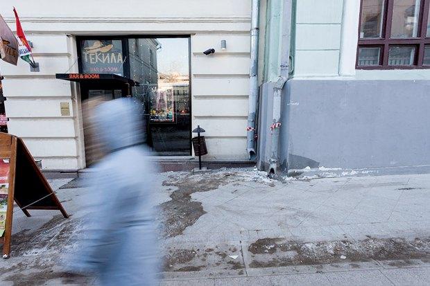 Вода из трубы ливнестока с крыши дома попадает прямо на тротуар. Поэтому лотки водоотвода заледенелые. Вода может перелиться через край и попасть на тротуар. Изображение № 6.