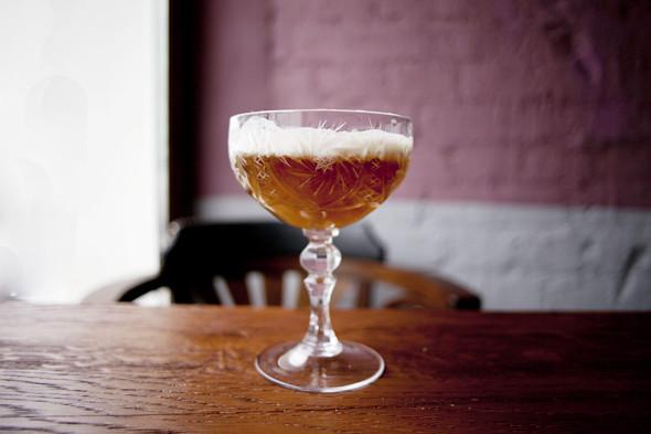 Vanilla Cream Piе (темный ром, сироп лаванды, яблочный сок, ангостура, ванильно-яблочная пена) — 250 рублей. Изображение № 25.