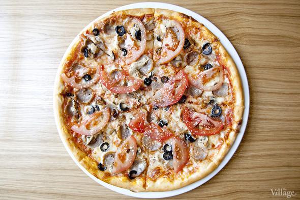 Пицца «Арома ди Боско» с домашней колбаской, курицей, белыми грибами, каперсами, маслинами, помидорами и пармезаном — 420 рублей. Изображение № 8.