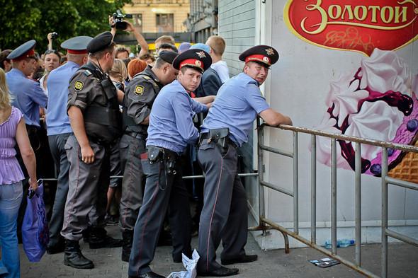 Полицейские ставят ограждения, но люди пытаются перепрыгнуть через них. Каждую преграду в итоге держат вчетвером.. Изображение № 6.