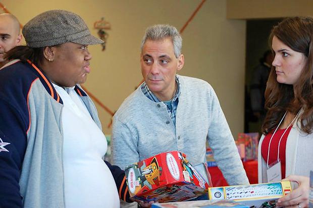 Рам помогает выбрать покупателям подарки на Рождество. . Изображение № 21.