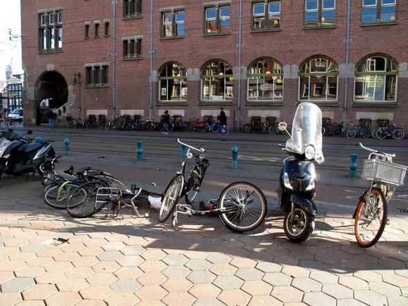 на улице, ведущей к центру города, важно не наступить на брошенные велосипеды. Изображение № 9.