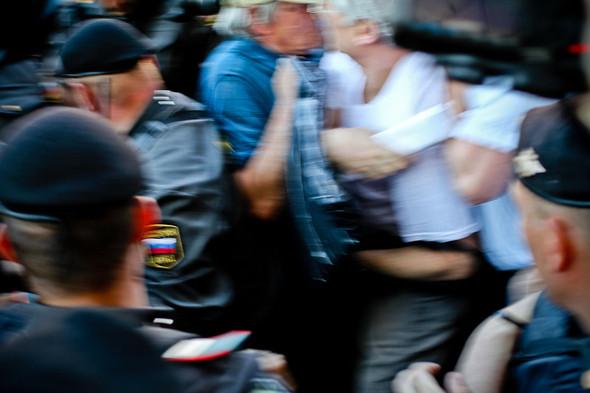 Как только полиция видела кого-нибудь из медийных оппозиционных фигур, то сразу грубо задерживала.. Изображение № 18.