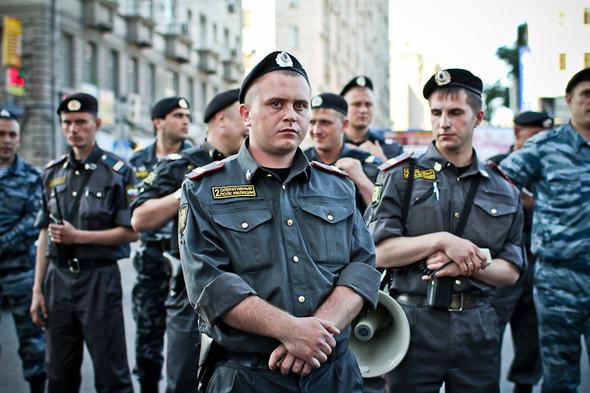 Многих журналистов сотрудники полиции знали в лицо. Иногда даже здоровались.. Изображение № 28.