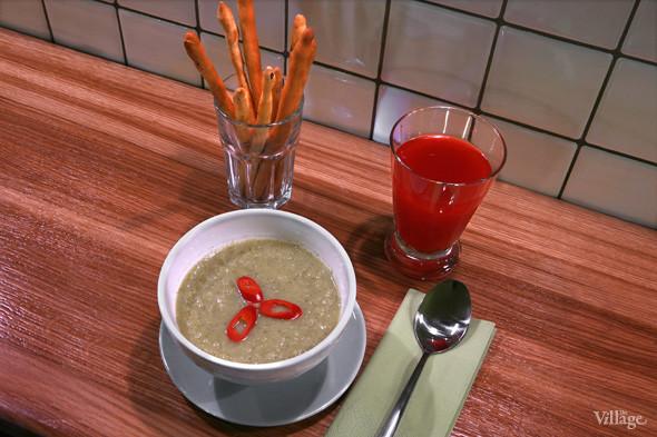Крем-суп из брокколи с кокосовым молоком и чили-перцем — 90 рублей, домашний клюквенный морс — 60 рублей. Изображение № 30.