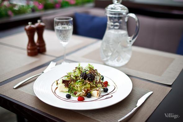 Сыр моцарелла с томатами черри, ароматным базиликом, заправленный итальянским соусом песто — 460 рублей. Изображение № 29.