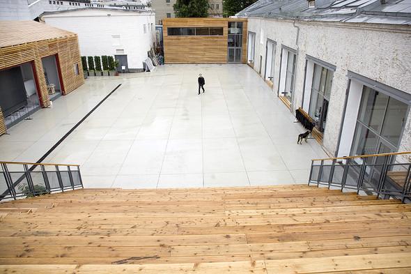 Институт занимает фабричные гаражи, где до 2009 года располагался культурный центр «АРТСтрелка».. Изображение № 57.