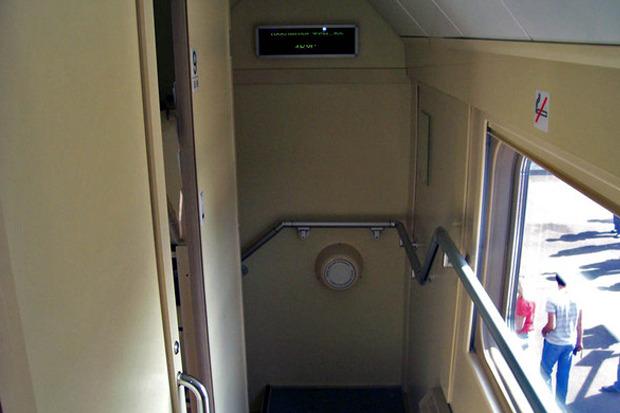 Лестница двухэтажного поезда РЖД. Изображение № 3.