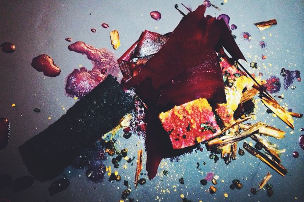 Блюдо Николя Дарногильема. Тунец со свёклой и гречкой, приготовленной с чернилами каракатицы. Изображение № 11.