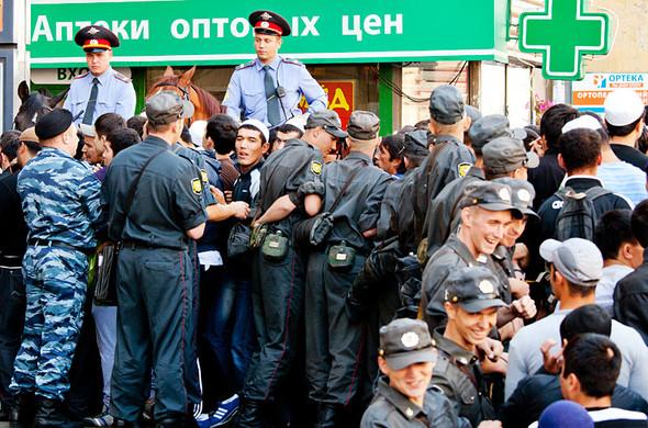 У входа в метро «Проспект Мира» выстроился живой коридор из полицейских, по которому проходит огромная очередь. . Изображение № 6.