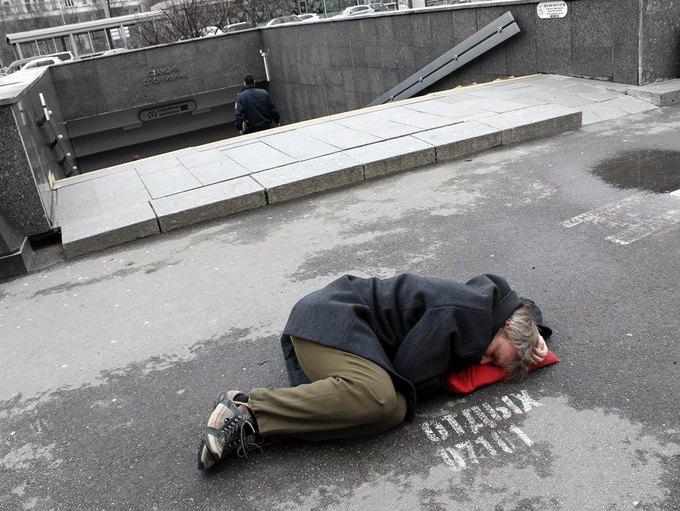 Художница сфотографировала мужчин рядом с надписями «Отдых 24часа». Изображение № 1.