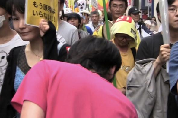 © Ёсинори Нива. Обратный марш. Движение в направлении, противоположном движению демонстрации. Перформанс. 2011. Изображение № 13.