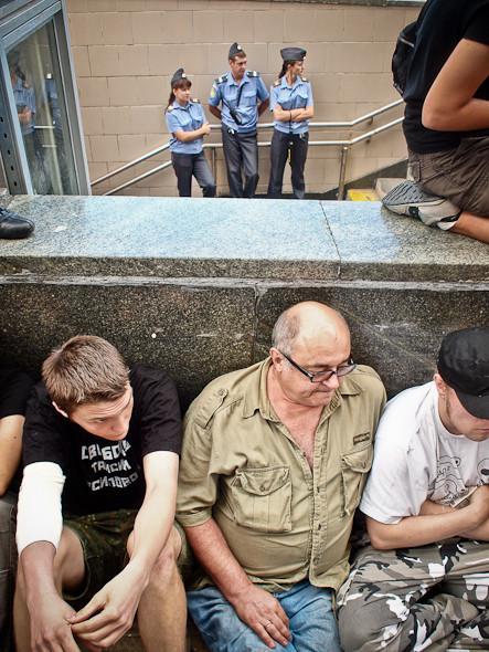 Впервые за несколько лет демонстранты применили новую тактику — сидячий митинг. Около 40 человек у метро Маяковская и в других частях Триумфальной площади сели на асфальт и держали друг друга за руки.Полиция  пыталась задерживать пришедших, но начальство дало отбой во избежание травм на глазах у многочисленных представителейпрессы.. Изображение № 2.