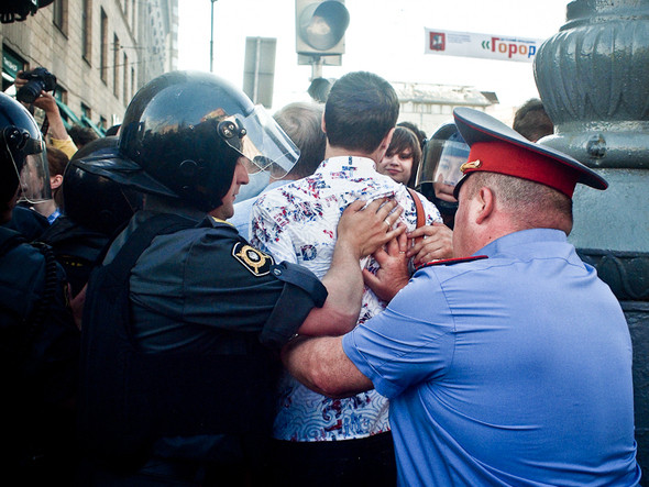 Митингующие  скапливаются — полицейские начинают выталкивать людей и говорить, что они   «мешают проходу других граждан».. Изображение № 2.