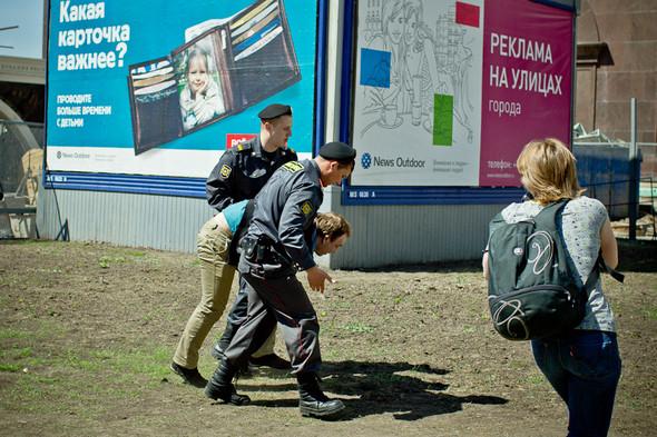 Несколько фотографов прорываются сквозь оцепление, чтобы снять задержание с выгодной точки. Полиция довольно решительно пресекает попытки прессы снять происходящее и старается запихнуть журналистов обратно за оцепление.. Изображение № 9.