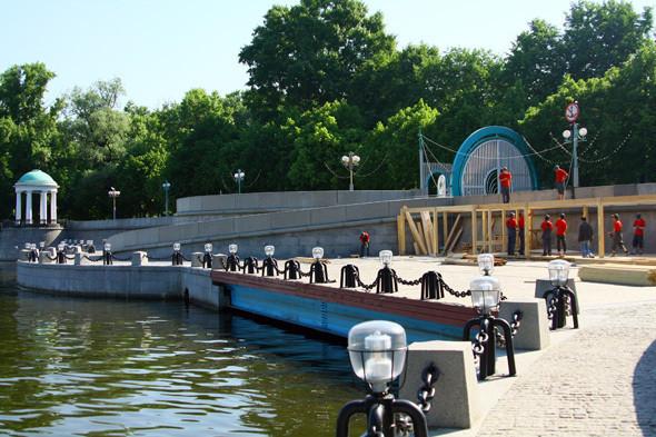 Изображение 4. В парке Горького начали строить деревянный пляж.. Изображение № 6.