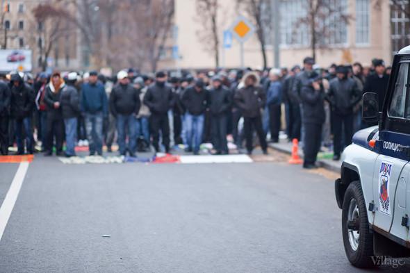 Полиция и ОМОН наблюдают за порядком на празднике, однако всё проходит мирно и вмешиваться не приходится.. Изображение № 4.