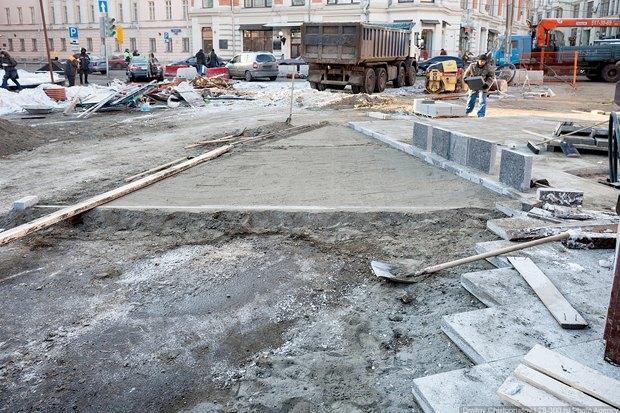 Плитку кладут на лёд, это грубое нарушение технологии. Когда плитка нагреется от солнца, под ней появится паровая подушка, вода постепенно растает и уйдёт, а дорога просядет. Изображение № 3.