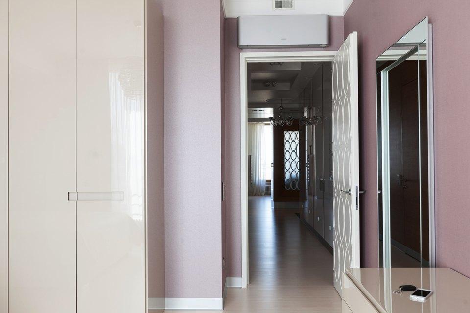 Трёхкомнатная квартира сострогим интерьером. Изображение № 22.