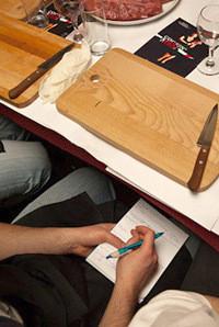 Некоторые участники мастер-класса записывают советы ведущих в блокноты. Изображение № 5.