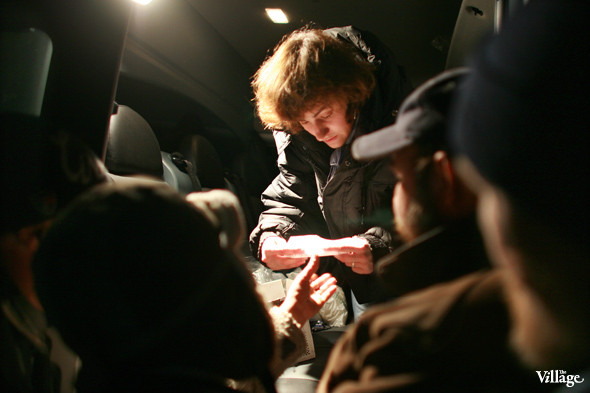 Волонтёр Вера выдаёт бездомным лекарства. Изображение № 3.