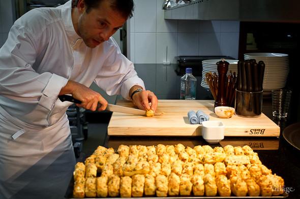 Фирменные французские закуски Дюкасса. Подаются с вином и шампанским перед началом трапезы.. Изображение № 17.