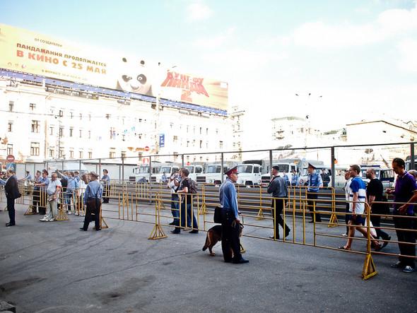 Самое начало несанкционированного митинга. Триумфальная площадь поделена на зоны, расставлены ограждения там, где полиция ожидает скопления людей.. Изображение № 1.