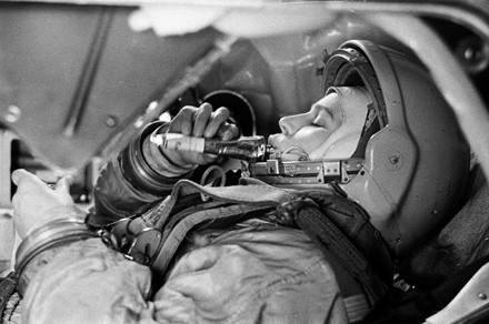 Б. Смирнов. Валентина Терешкова в тренажере космического корабля «Восток» (1963). Изображение № 9.