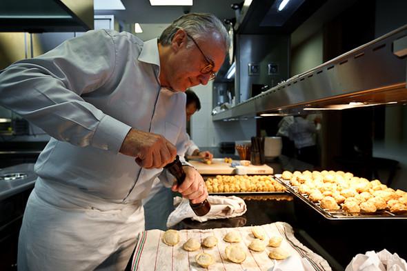 Главный ресторатор попробовал закуски и сам взялся за специи: их недостаточно.. Изображение № 18.