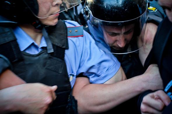 Давка усиливается. Полиция применяет силу.. Изображение № 17.