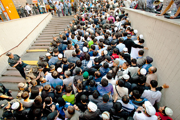 В 10 часов утра поток из мечети и соседних переулков двинулся в сторону метро. Полиция держит дорогу в оцеплении.. Изображение № 2.