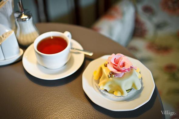 Чай чёрный «Ассам» (150 рублей) и пирожное «Мария-Антуанетта» (350 рублей). Изображение № 22.