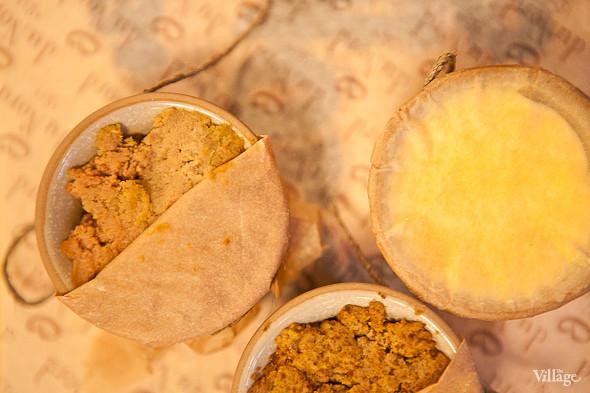 Pate «Le Duo» — Пате «Ле Дуо» — дуэт паштетов: из кроличьей и телячьей печени. Подаётся с крестьянским маслом, луковым мармеладом и тёплым багетом — 250 рублей. Изображение № 38.