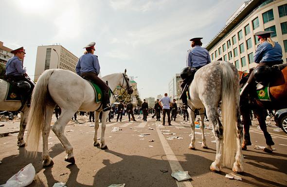 На подмогу выдвигается конная полиция.. Изображение № 21.