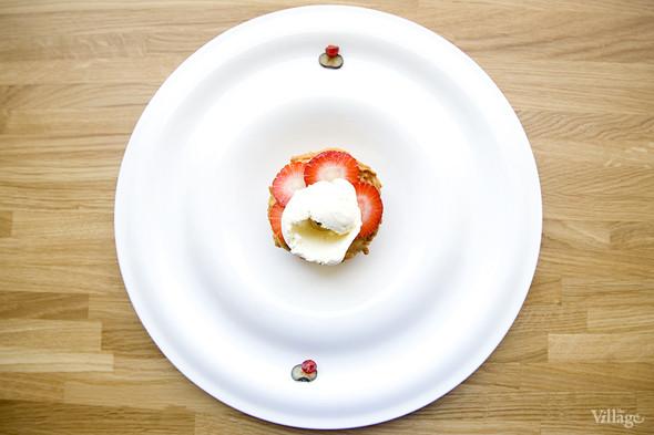 Тарт из штрейзеля с горгонзолой и ягодами —300 рублей. Изображение № 40.