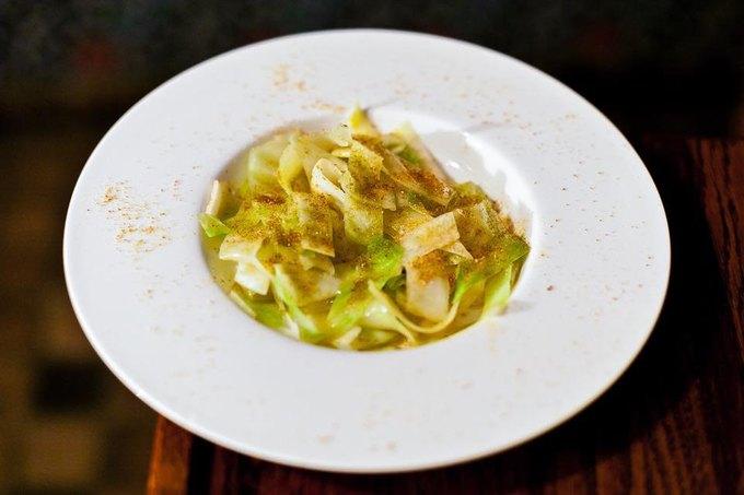 Насколько разные блюда приготовят 10шеф-поваров изодного продукта— капусты. Изображение № 3.
