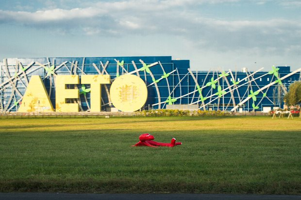 НаПулковском шоссе появились фигуры «отдыхающих самолётов» . Изображение № 2.
