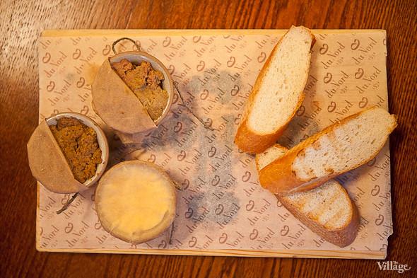 Pate «Le Duo» — Пате «Ле Дуо» — дуэт паштетов: из кроличьей и телячьей печени. Подаётся с крестьянским маслом, луковым мармеладом и тёплым багетом — 250 рублей. Изображение № 37.