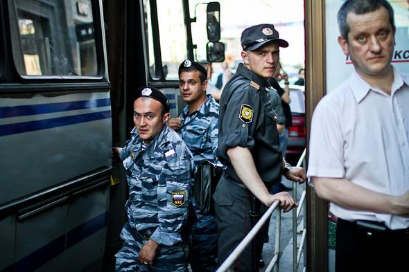 Полицейские указывают на прохожего и кричат: «Вон того возьмите!». Изображение № 31.