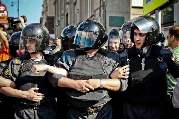 Люди продолжают прибывать — полицейские сцепляются в человеческий бульдозер. Митингующих оттесняют в переход или к ближайшему перекрёстку.. Изображение № 4.