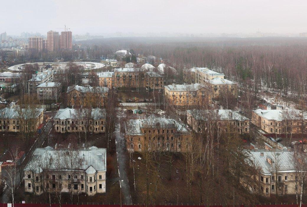 В расселённых домах Старопарголовского жилмассива нет окон. Защитники «Городка» считают, что здания специально доводят до аварийного состояния. Изображение № 8.