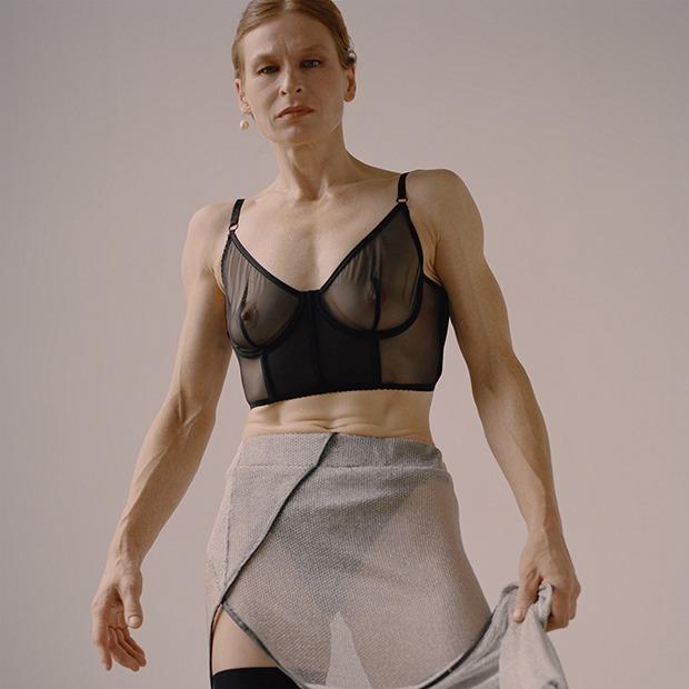 «Я могу сломать сарай»: Модель Lumpen Надежда Lertulo, которая работает на стройке