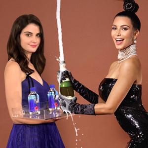Девушка с бутылкой Fiji Water стала мемом