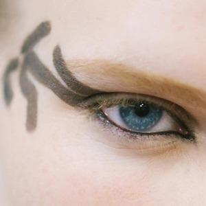 Боди-арт и брови-ниточки: 5 модных макияжей на Неделе моды в Париже
