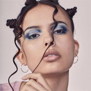 «Спорный» макияж: Триумфальное возвращение голубых теней — Тенденция на Wonderzine