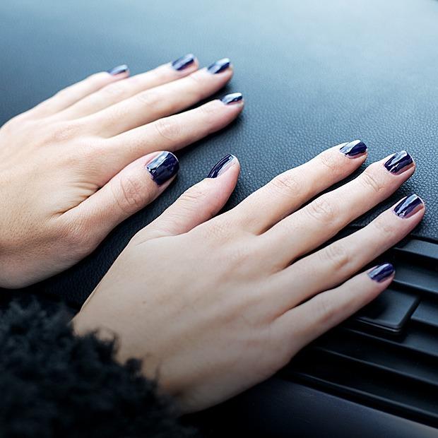 На ходу: Как накрасить ногти  в транспорте — Эксперимент на Wonderzine