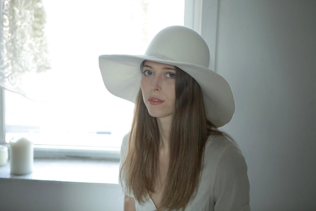 Тело в шляпе: Дизайнер аксессуаров Дани Грифитс и ее коллекция головных уборов — Fashion Passion на Wonderzine